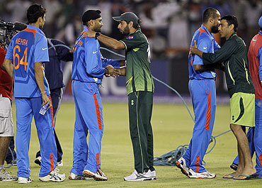 Pakistan's captain Shahid Afridi (centre) shakes hands with India's Harbhajan Singh as Pakistan's Younis Khan (2nd from right) congratulates India's Yusuf Pathan after India's victory