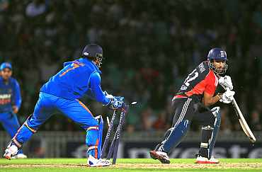 MS Dhoni stumps Ravi Bopara