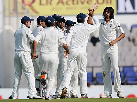 Ishant Sharma celebrates with teammates after dismissing Nick Compton