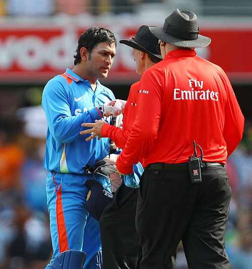 MS Dhoni argues with umpires