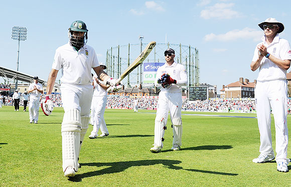 England players applaud as Hashim Amla leaves the field for tea