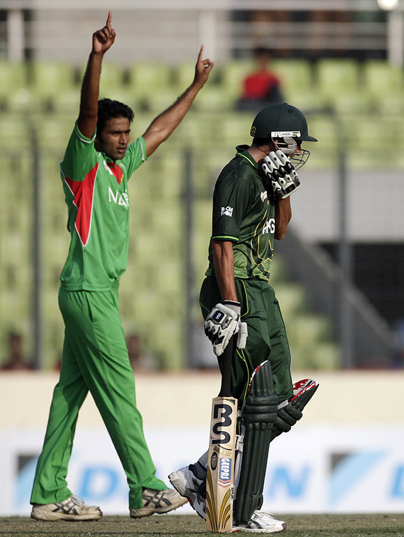 Bangladesh's Shahadat Hossain celebrates his dismissal of Pakistan's Younis Khan