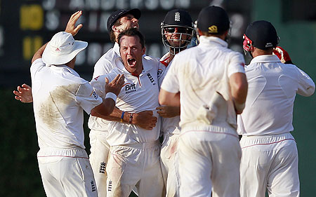 Graeme Swann celebrates with teammates