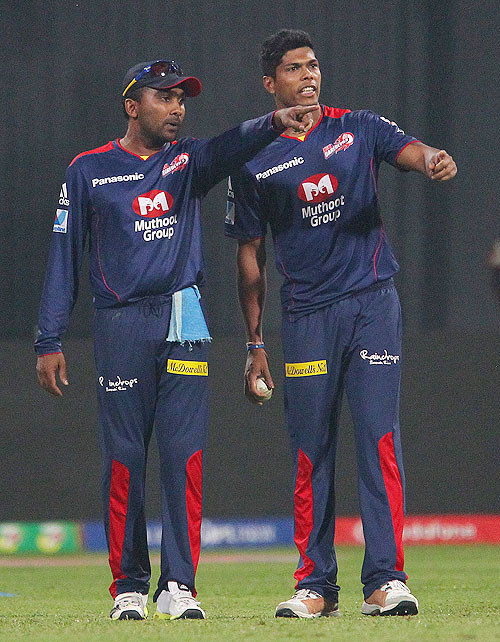 Mahela Jayawardene and Umesh Yadav make field placements in the Super Over on Tuesday