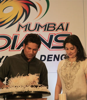 Sachin Tendulkar cuts birthday cake with wife Anjali