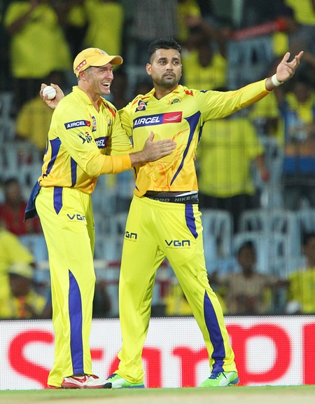 Murali Vijay is congratulated by Mike Hussey after catching De Kock