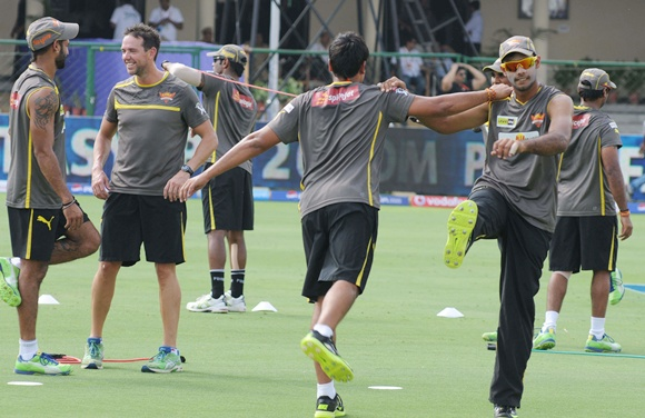 IPL: Sunrisers take on mighty Mumbai Indians