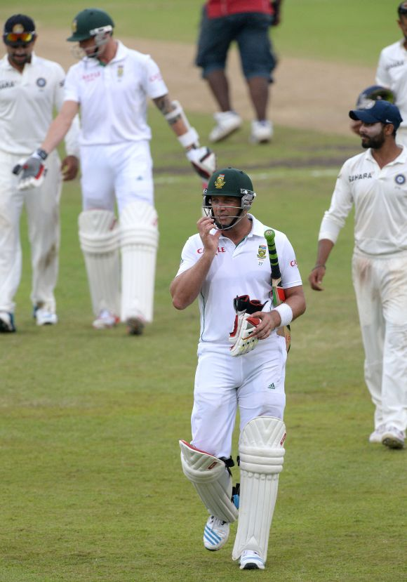 Jacques Kallis walks back to the pavillion at the end of play