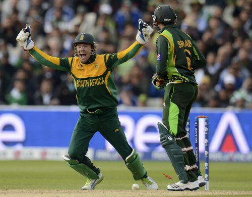 South Africa's captain AB de Villiers (L) celebrates after Pakistan's Shoaib Malik was bowled during the ICC Champions Trophy group B match at Edgbaston cricket ground in Birmingham