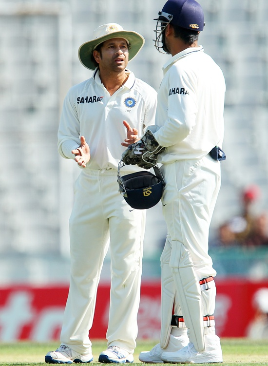 Sachin Tendulkar discusses tactics with MS Dhoni