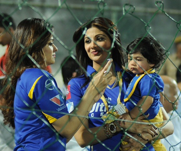 Shilpa Shetty with Shamita Shetty and son