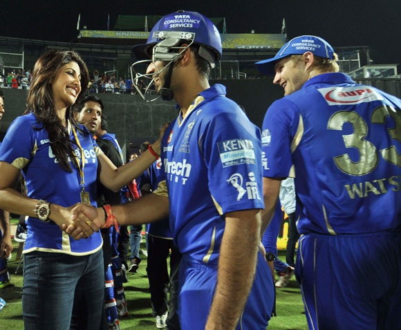 Shilpa Shetty congratulates the players