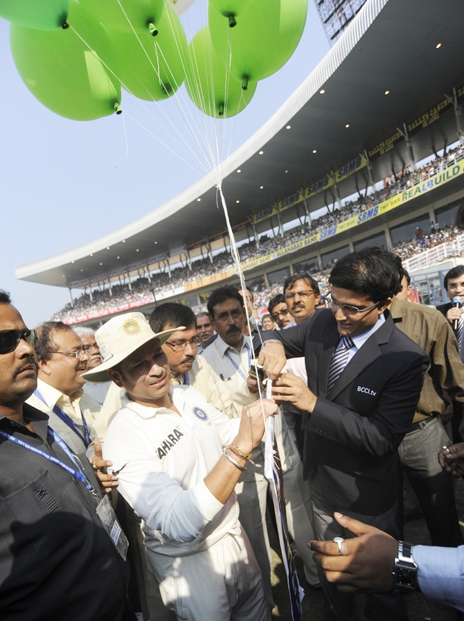 Sachin Tendulkar along with Sourav Ganguly releases balloon in the air to celebrate the 199th Test