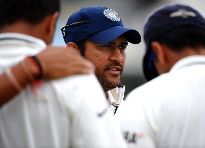 Mahendra Singh Dhoni speaks to his team