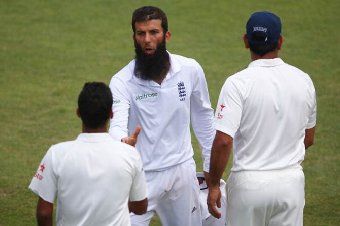 England's Moeen Ali (centre) shakes hands with India captain Mahendra Singh Dhoni (right) after claiming 6 for 67 and victory by 266 runs on Day 5 of the third Test