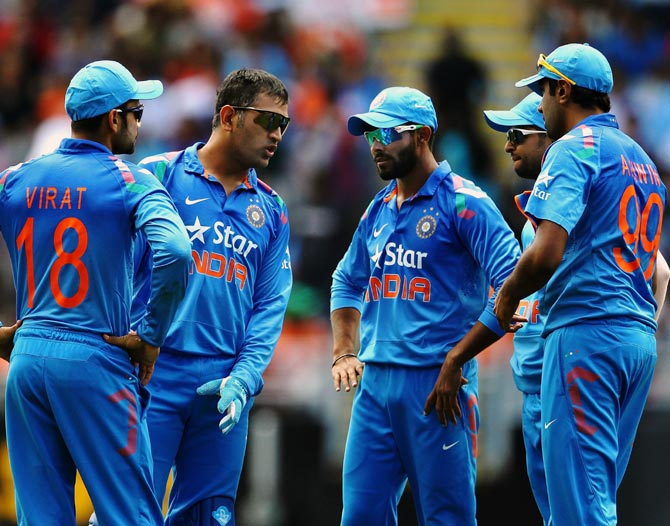 Mahendra Singh Dhoni (second from left) speaks to his players