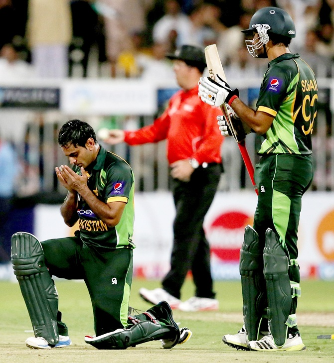 Mohammead Hafeez of Pakistan bent down to offer prayer