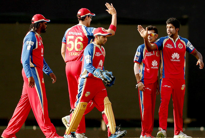 Varun Aaron being congratulated by Royal Challengers Bangalore teammates
