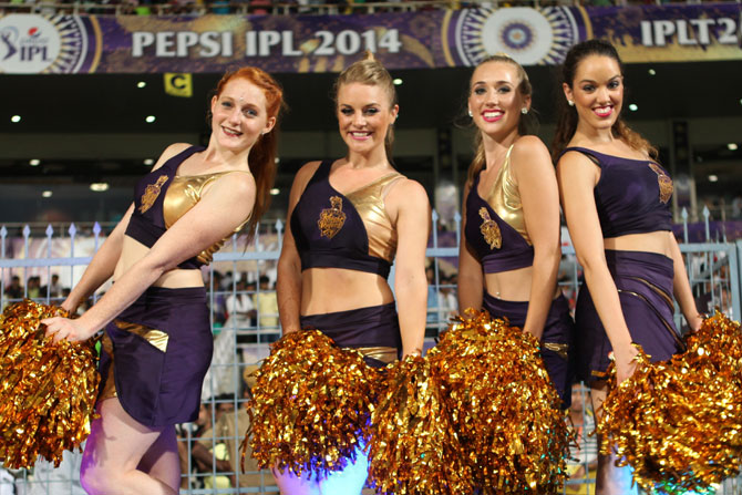 Kolkata Knight Riders cheer girls