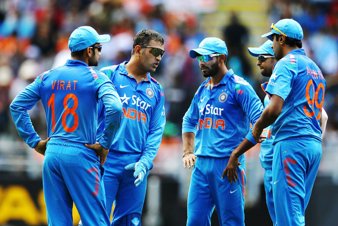 MS Dhoni in conversation with his players
