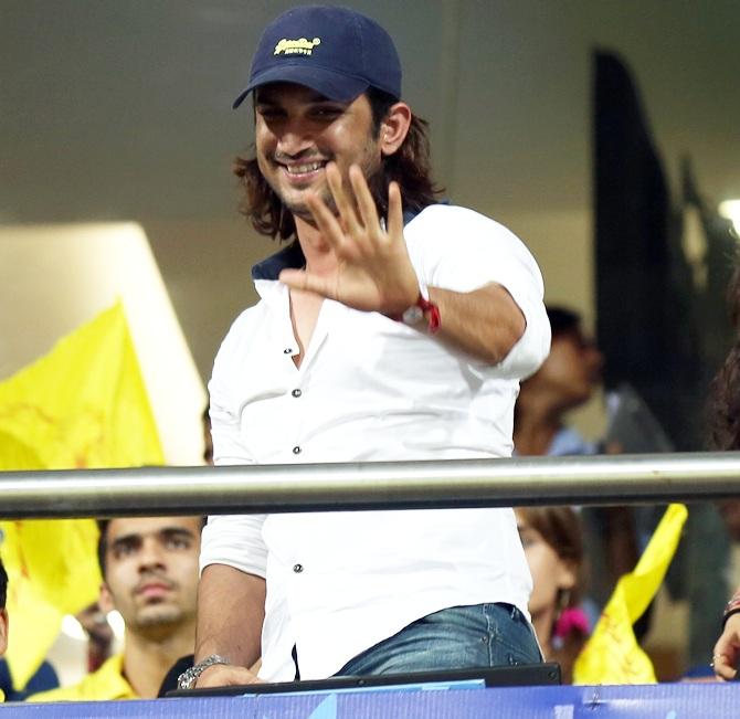 PIX: Bachchan Sr & Jr, Ameesha, Rohit's Fiancee Cheer For