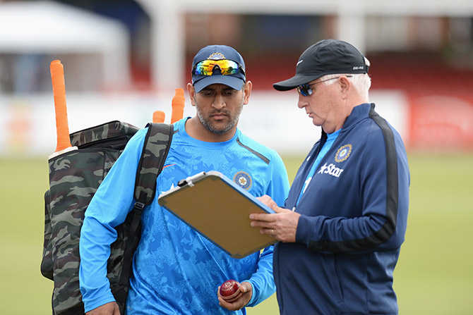 Duncan Fletcher talks with MS Dhoni