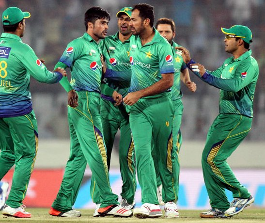 Pakistan players celebrates a wicket