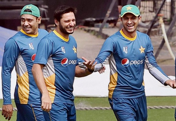 Pakistan captain Shahid Afridi with his teammate Shoaib Malik at a practice session