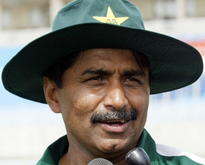 Will hoist flag for peace at LOC: Miandad