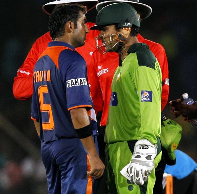 Gautam Gambhir, left, argues with Pakistan's wicketkeeper Kamran Akmal
