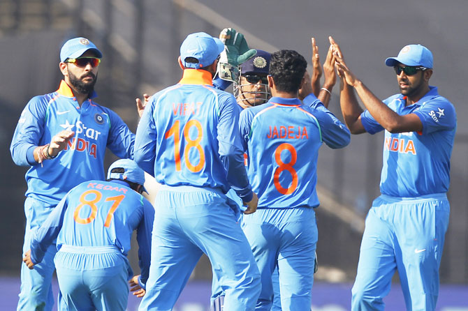 Team India celebrates the wicket of Sam Billings
