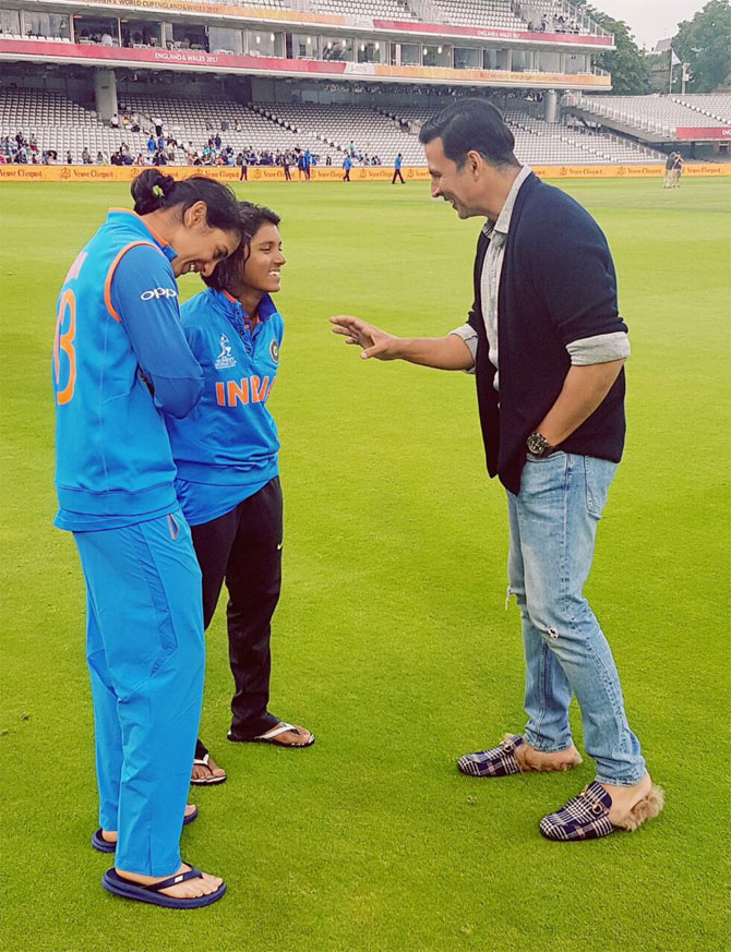 Bollywood star Akshay Kumar speaks to Harmanpreet Kaur and Punam Raut after the match