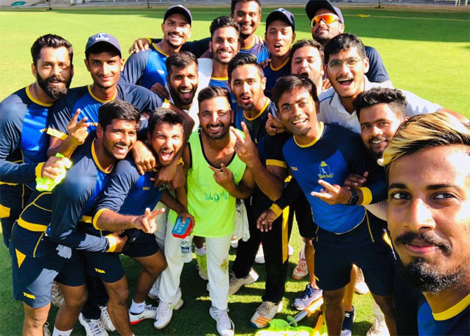 Bengal's Ranji Trophy team pose for a picture after beating Tamil Nadu last season.