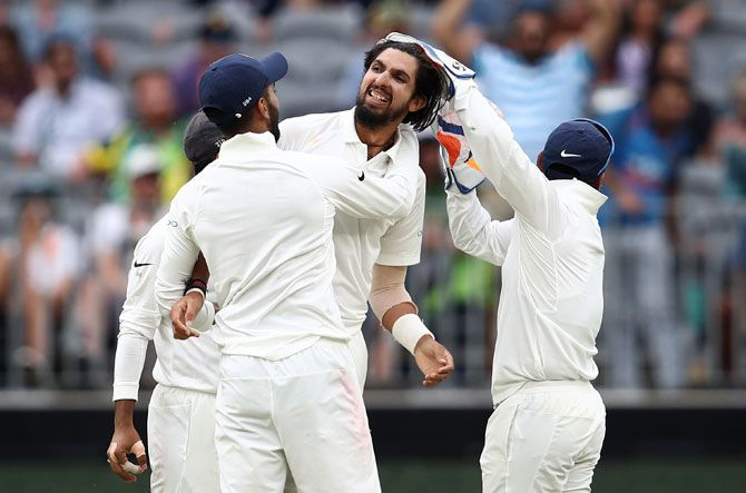 Ishant Sharma celebrates with teammates after dismissing Peter Handscomb in the Australian second innings