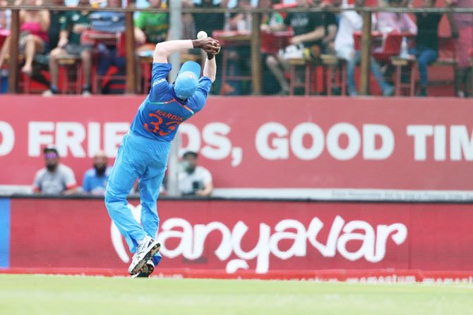 The ball bobbles up before Hardik Pandya completes the catch on the second attempt