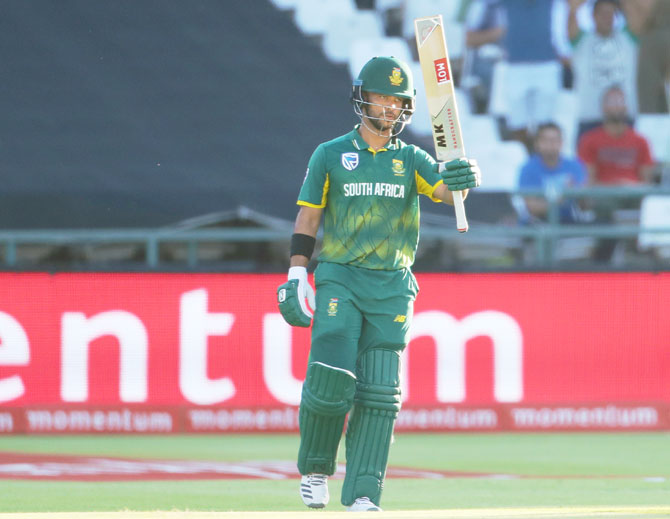 JP Duminy ackowledges the crowd on completing his half-century