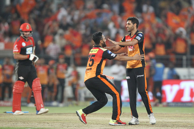 Sunrisers Hyderabad's Shakib Al Hasan and Bhuvneshwar Kumar celebrate after beating RCB in the last over on Monday