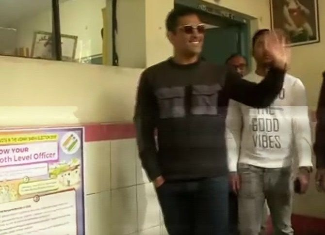 Mahendra Singh Dhoni waves to the crowd after voting