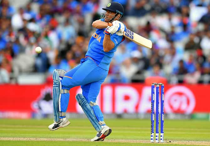 'Dhoni should keep playing as long as he is fit'
