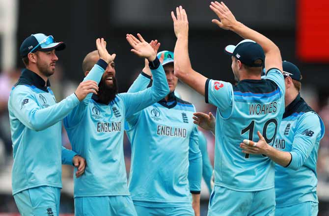 England's players celebrate the fall of a Pakistan wicket