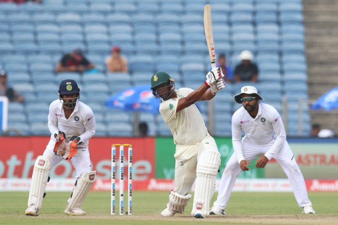 Vernon Philander bats en route his 37 in the 2nd innings
