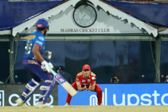 Moises Henriques gets into position to catch Quinton de Kock.