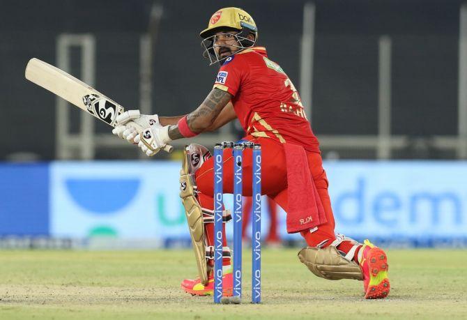 कप्तान केएल राहुल ने अपने आईपीएल मैच में रॉयल चैलेंजर्स बैंगलोर के खिलाफ पंजाब किंग्स की रैली के लिए 57 गेंदों में 91 रन बनाए
