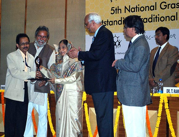 Bharali (extreme left) receives the National Grassroots Innovation Award in 2009 from President Pratibha Patil (third from left)