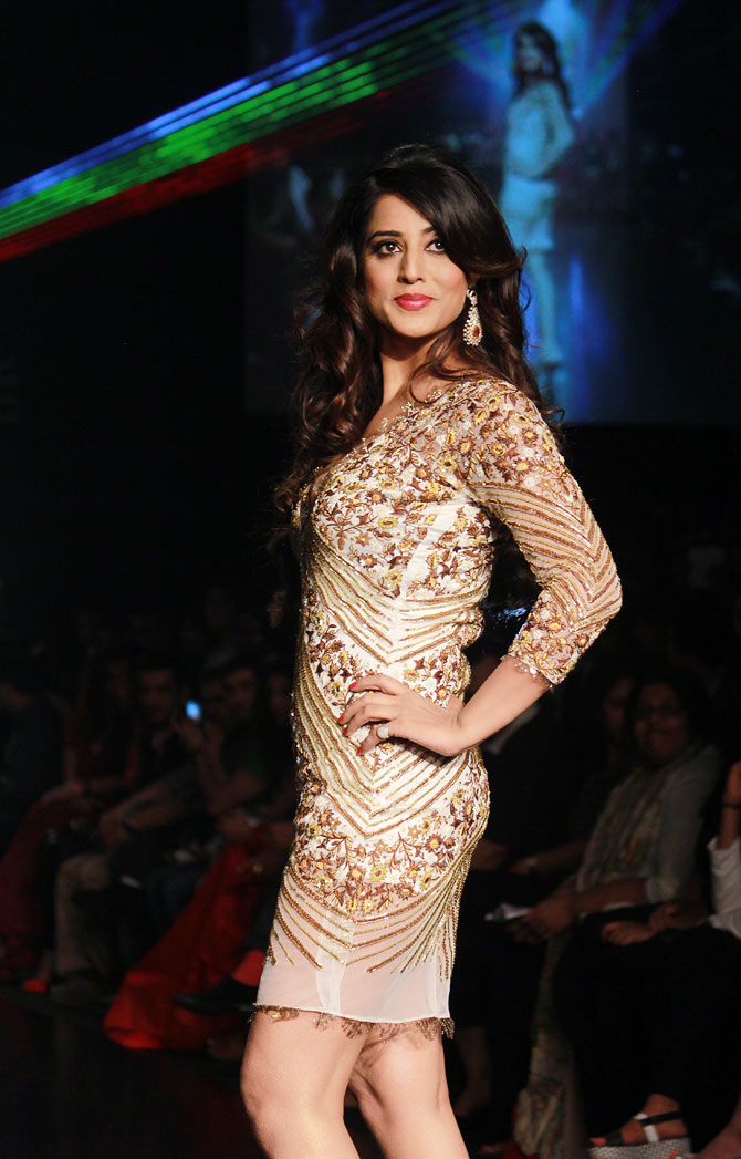 Hotness UNLEASHED: Mahie Gill makes us drool!