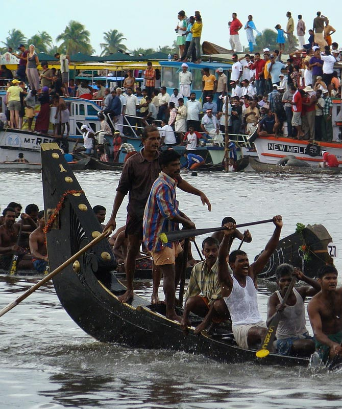 Video: The battle of the snakeboats