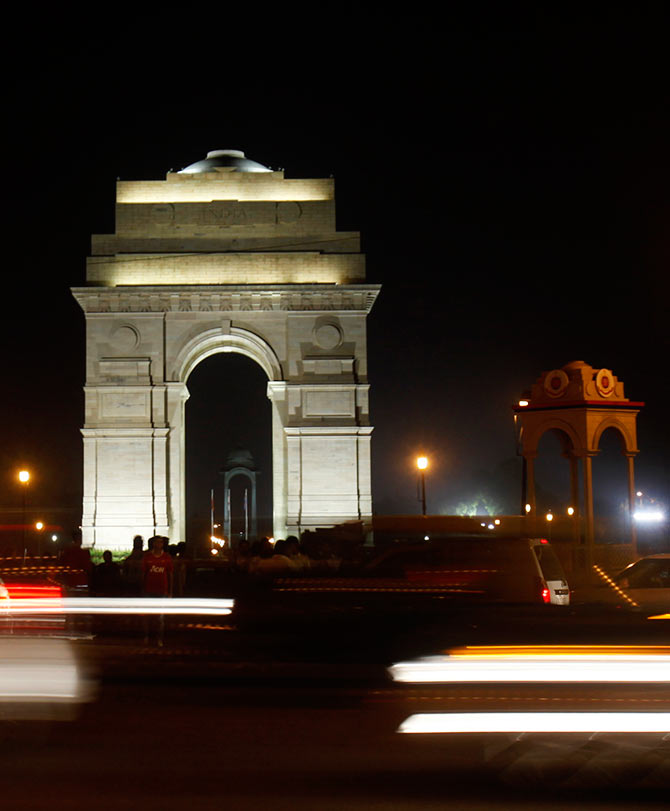 Heavy traffic moves in front of the India Gate before Earth Hour in New Delhi March 23, 2013. Earth Hour, when everyone around the world is asked to turn off lights for an hour from 8.30 p.m. local time, is meant as a show of support for tougher action to confront climate change. REUTERS/