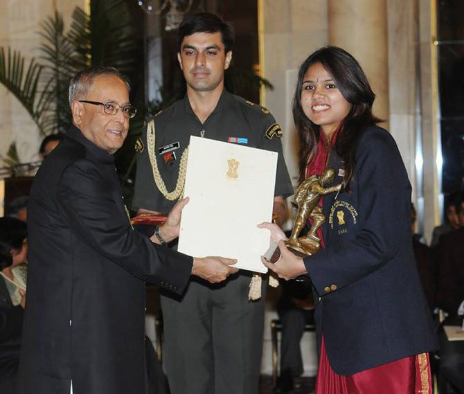 Bhakti Sharma receives the Tenzing Norgay National Adventure Award from Indian President Pranab Mukherjee