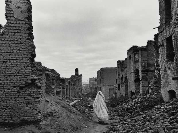 Ruins of Kabul, Afghanistan, from civil war by James Nachtwey in 1996 (© James Nachtwey, Courtesy MAP / Tasveer)