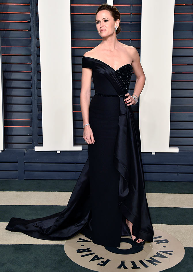 da2e527f327cb IMAGE  Jennifer Garner is a total knockout in this asymmetrical  one-shoulder gown at the Oscars